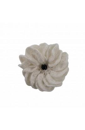 Brosa floare alba cu perla neagra de dama crosetata manual Buticcochet