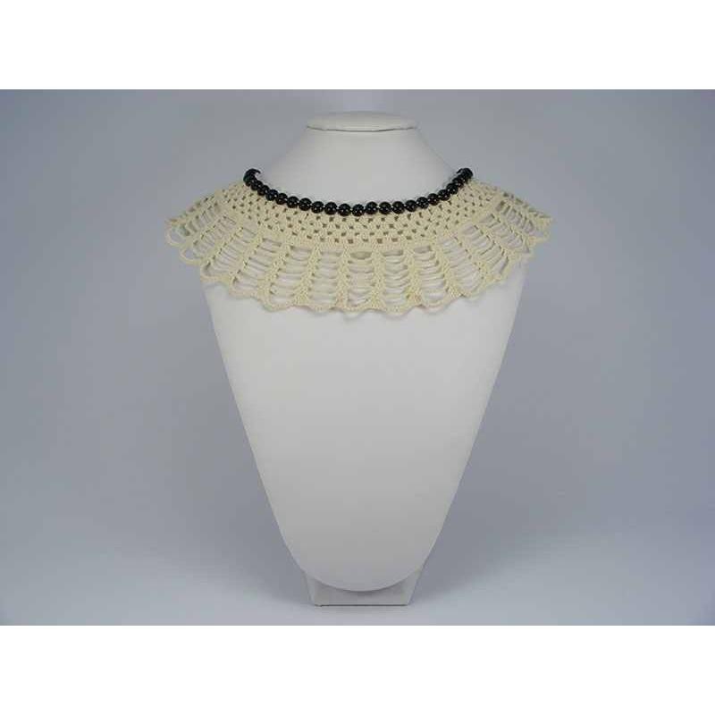 Guler crosetat manual de dama crem cu perle negre Buticcochet